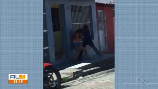 Vídeo mostra mulher lutando com assaltante por celular no bairro do Feitosa, em Maceió