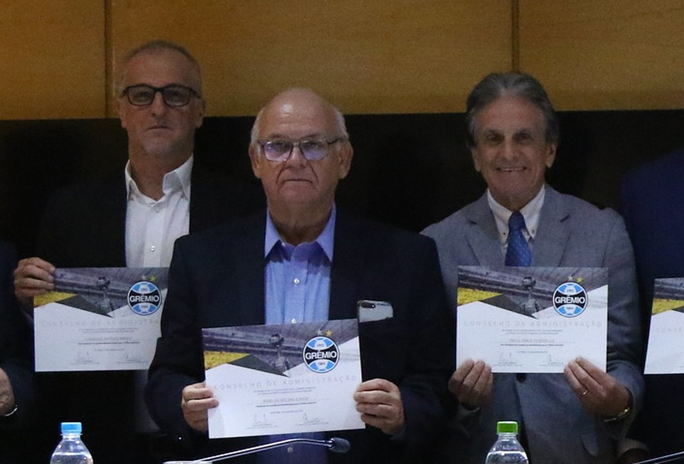 Paulo Luz, ao lado do presidente Romildo e do antigo vice, Duda Kroeff — Foto: Luciano Amoretti/Divulgação Grêmio FBPA