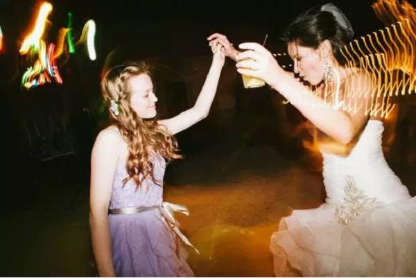 Filha de Candice Curry com a madrasta no dia do casamento do pai (Foto: Reprodução/Women With Worth)