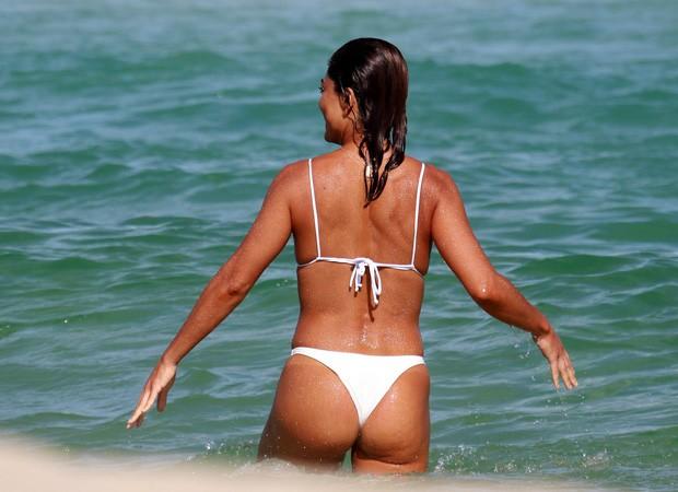 Juliana Paes se diverte em praia (Foto: Dilson Silva/Agnews)