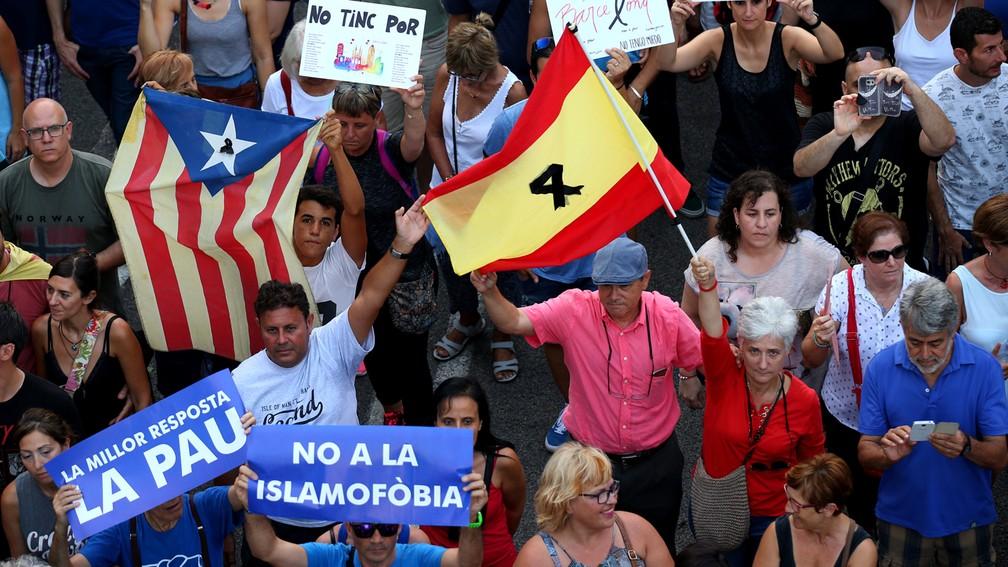 'Não à islamofobia', diz um dos cartazes na manifestação em Barcelona contra o terrorismo (Foto: Albert Gea/Reuters)
