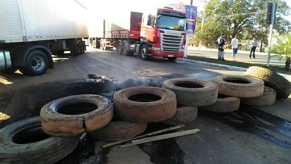 Caminhoneiros colocaram pneus e pedaços de madeira sobre a rodovia bloqueada em Mato Grosso (Foto:  Ivan de Jesus Santos/Rádio Centro América)