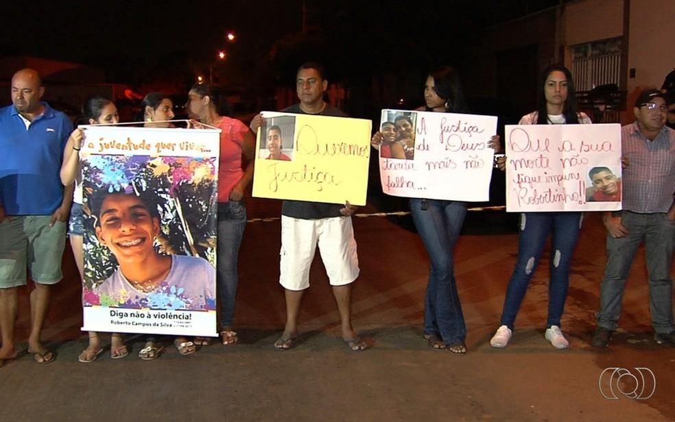 Família de Robertinho se reuniu para acompanhar a reconstituição e cobrar providências (Foto: Reprodução/TV Anhanguera)