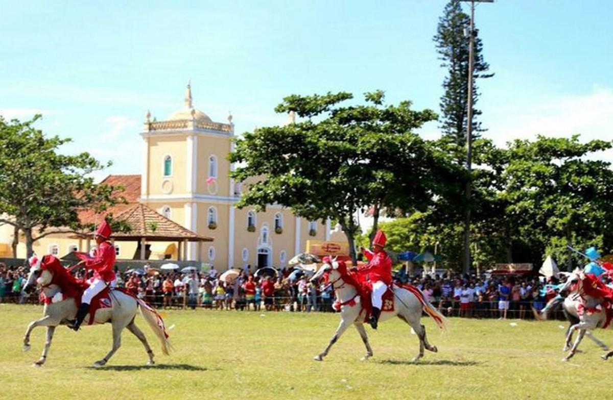 Tradicional Cavalhada de Santo Amaro, em Campos, RJ, é encenada no dia do padroeiro da Baixada