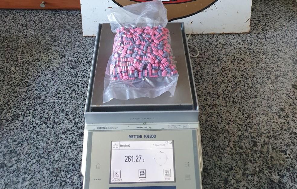 Ao todo, foram apreendidos 512 compridos de ecstasy, remetidos pelos Correios — Foto: PF/Divulgação