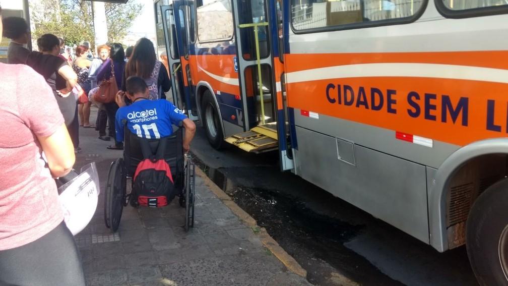 Plataforma do ônibus em Bauru emperrou e os passageiros tiveram que sair do veículo  (Foto: Tiago de Moraes / G1 )