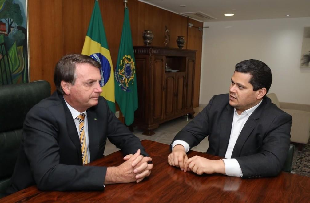 Presidente Jair Bolsonaro e presidente do Senado, Davi Alcolumbre, em reunião no Palácio do Planalto nesta quinta-feira (19) — Foto: Palácio do Planalto/Divulgação