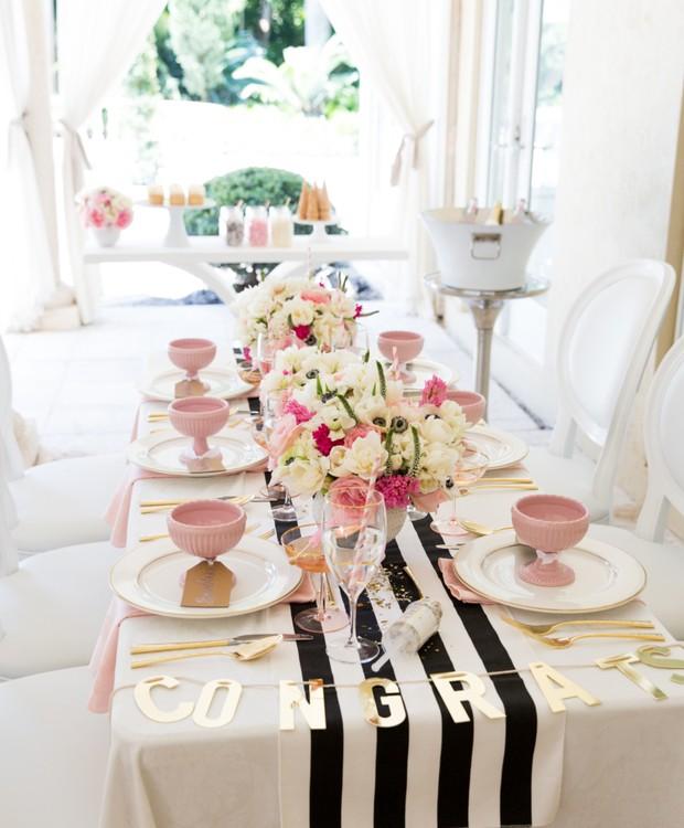 A faixa central em preto e branco dá um contraste chique e divertido às louças em rosa bebê e dourado. (Foto: Reprodução/Pinterest)