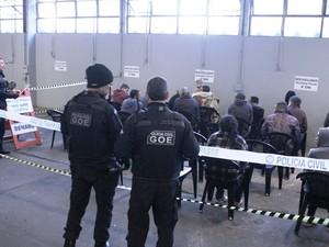 Presos foram encaminhados ao Denarc, e depois seriam encaminhados ao presídio (Foto: Divulgação/Polícia Civil)
