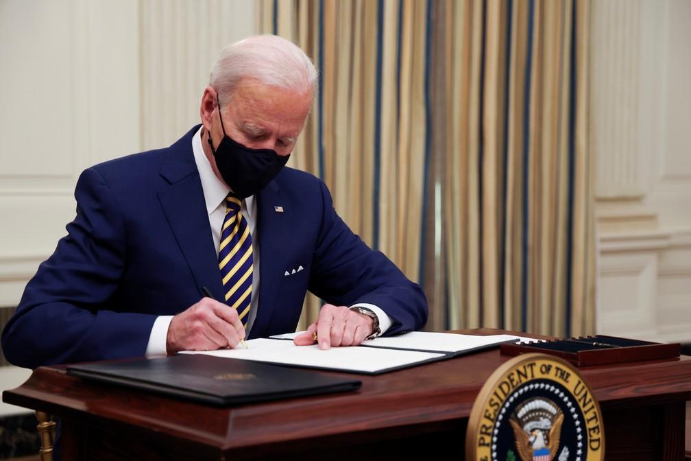 Joe Biden assina ordens executivas para a economia — Foto: Reuters