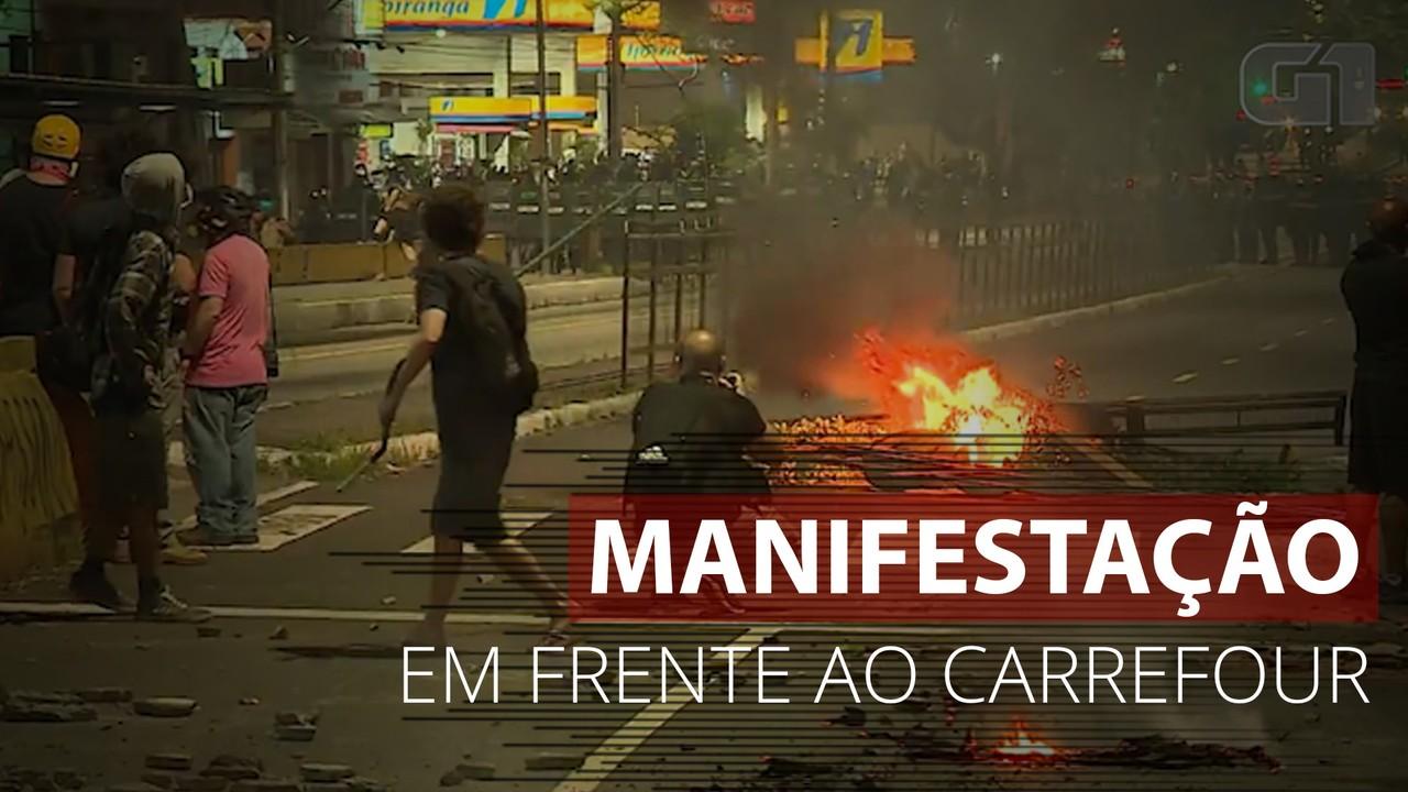 Manifestação pede justiça por João Alberto em frente a unidade do Carrefour em Porto Alegre