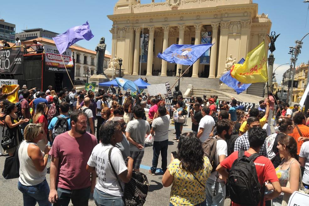 Manifestantes realizam protesto em frente à Assembleia Legislativa do Rio de Janeiro (Alerj), no Centro do Rio de Janeiro (RJ), nesta sexta-feira (17). (Foto: ALESSANDRO BUZAS/FUTURA PRESS/FUTURA PRESS/ESTADÃO CONTEÚDO)