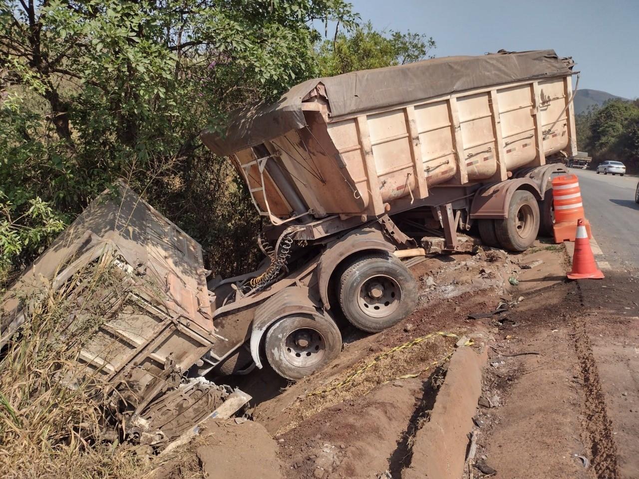 Remoção de carreta interdita sentido RJ da BR-040 na tarde deste sábado em Itabirito