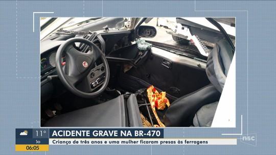 Acidente envolvendo carro e caminhão deixa duas mulheres e uma criança feridas na BR-470 em Blumenau