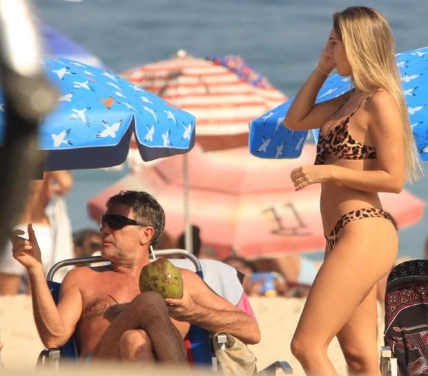 De biquíni de oncinha, Carol Portaluppi curte praia com Renato Gaúcho