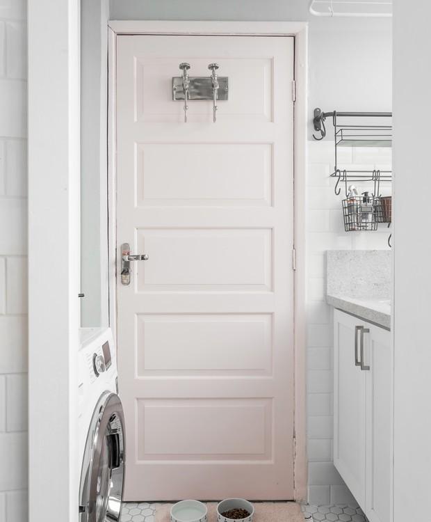 Pequenas delicadezas: a porta da lavanderia ganhou um tom de rosa clarinho (Foto: Eduardo Macarios/Divulgação)