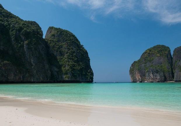Maya Bay, na Tailândia, foi fechada aos turistas no ano passado para se recuperar dos danos ambientais (Foto: JONHATAN HEAD via BBC News Brasil)