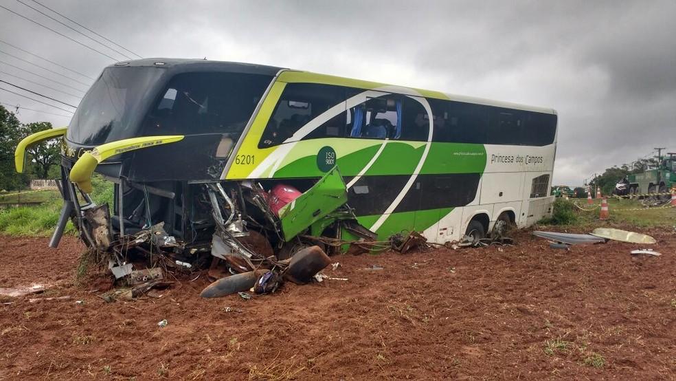 Duas pessoas morreram entre acidente entre ônibus e caminhonete, na BR-373 (Foto: Sílvio Nego/Rádio Copas Verdes FM)