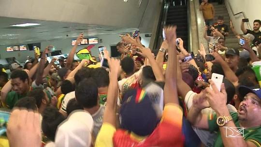 Torcida do Sampaio recebe campeões do Nordestão com festa em aeroporto