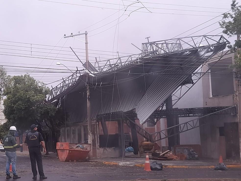 Vendaval destelhou empresa em Araçatuba — Foto: Arquivo pessoal