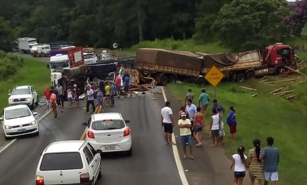 Acidente entre caminhões bloqueou parte da BR-376 â?? Foto: Sandro Henrique Freitas Duarte