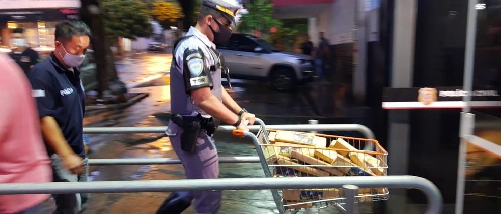 Tabletes foram levados para o Plantão da Polícia Civil de Bauru para pesagem oficial: 190,4 quilos — Foto: Fernando Savioli/TV TEM
