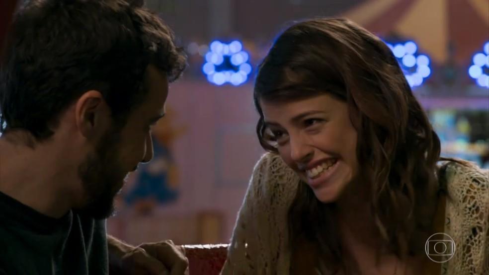 Camila (Agatha Moreira) agradece a Giovanni (Jayme Matarazzo) pelo dia no parque de diversões - 'Haja Coração' — Foto: Globo