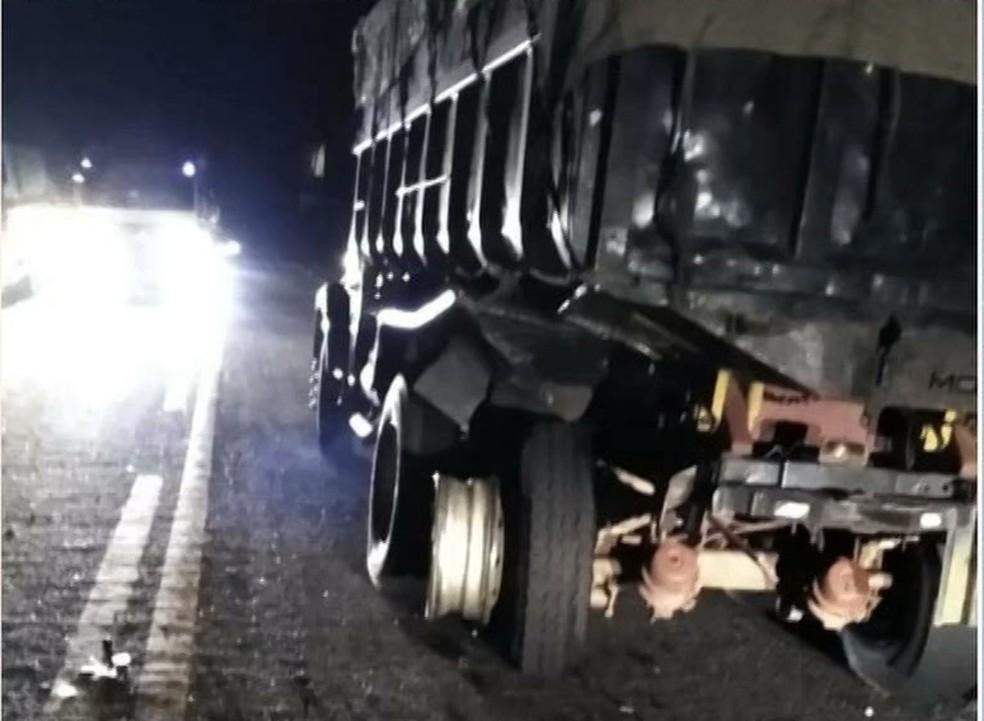 Caminhão após a colisão com caminhonete na PB-412, em São João do Cariri — Foto: Reprodução/TV Paraíba