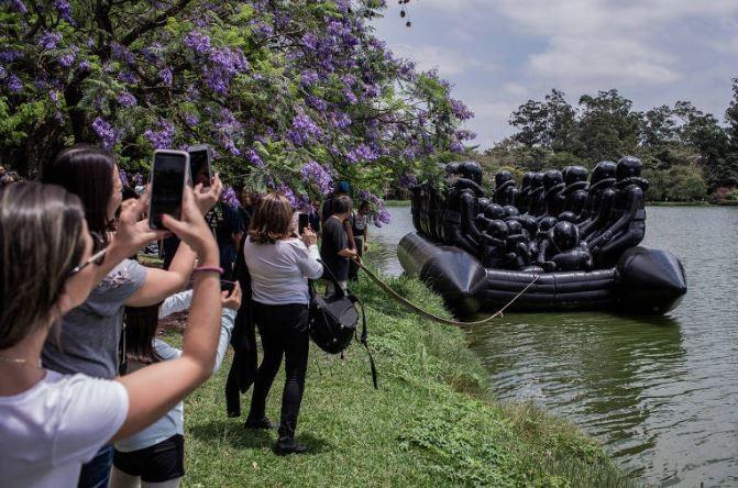 Obra de AiWeiwei, antes de ser exposta na Oca, ficou no lago (Foto: Divulgação/Parque do Ibirapuera)
