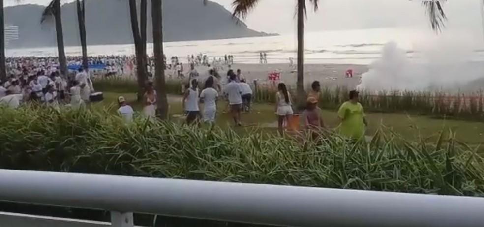 Explosivos de efeito moral foram utilizados para dispersar a multidão — Foto: Reprodução/Aconteceu em Bertioga