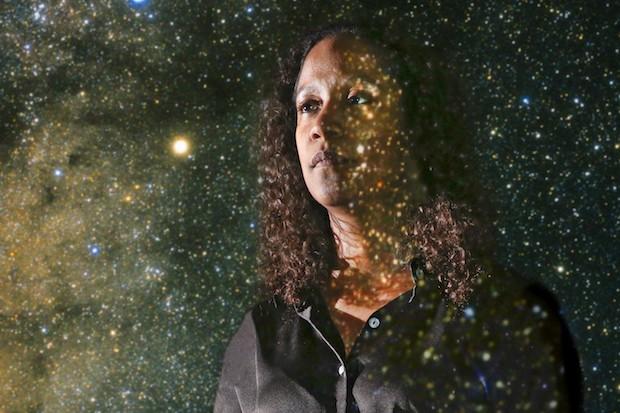 Marcelle Soares-Santos venceu um dos mais importantes prêmios da física para jovens cientistas.  (Foto: Universidade Brandeis)