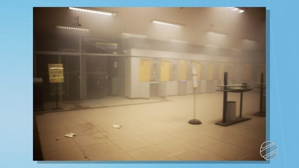 Interior da agência do Banco do Brasil que foi alvo da ação dos criminosos na madrugada desta quarta-feira (7) em Chapadão do Sul — Foto: Reprodução/TV Morena