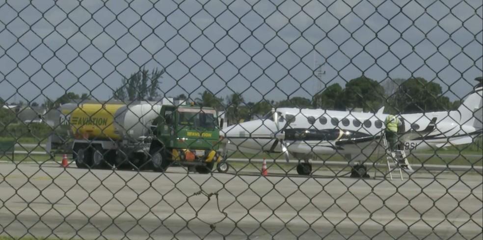 Mafioso italiano preso em João Pessoa deixa a Paraíba em avião da Polícia Federal — Foto: TV Cabo Branco/Reprodução