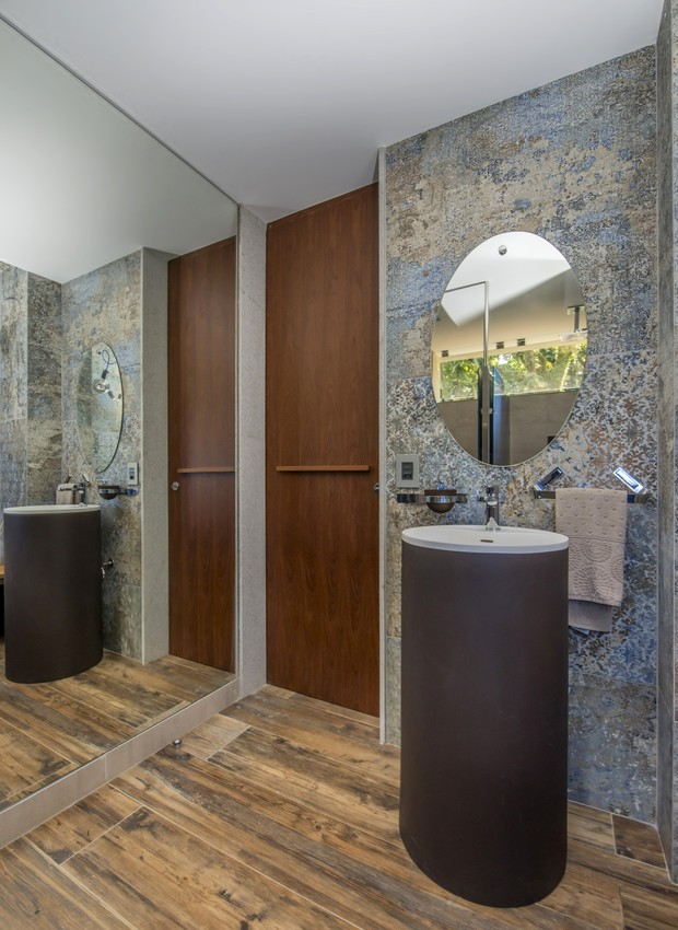A pia de modelo stand-alone é presença elegante junto ao acesso para os banheiros (Foto: Marcio Irala/Divulgação)