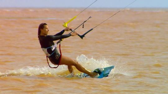 Kitesurfistas velejam pela primeira vez na foz do Rio Doce