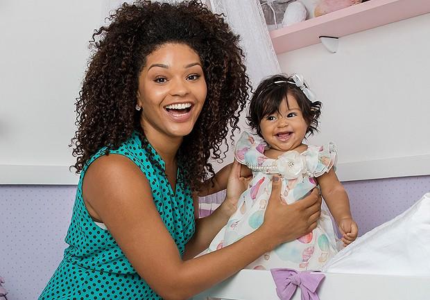 Sorridente, Yolanda posa para Marie Claire ao lado da mamãe Juliana Alves (Foto: Ivo Gonzalez)