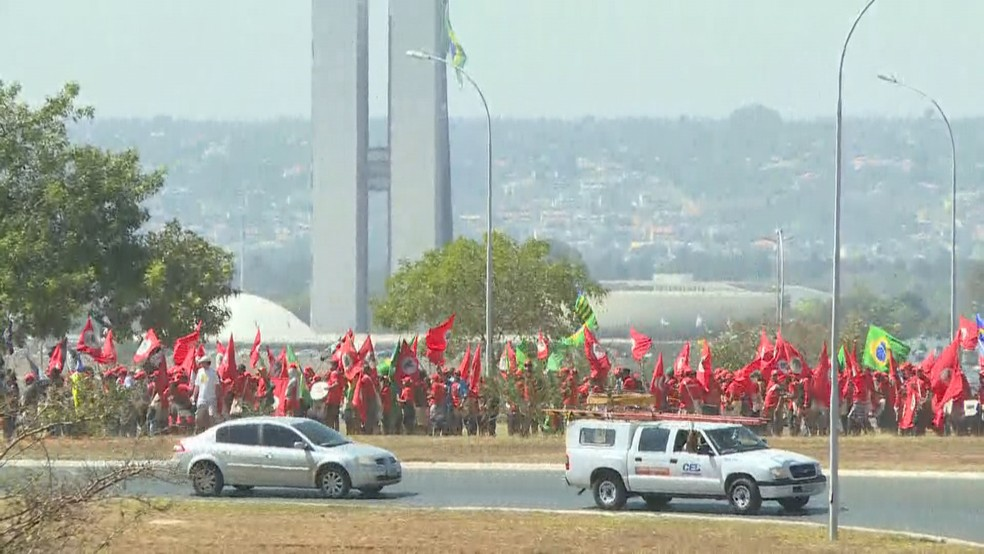 Manifestantes protestam a favor do ex-presidente Lula em Brasília; ao fundo, o Congresso Nacional (Foto: TV Globo/Reprodução)