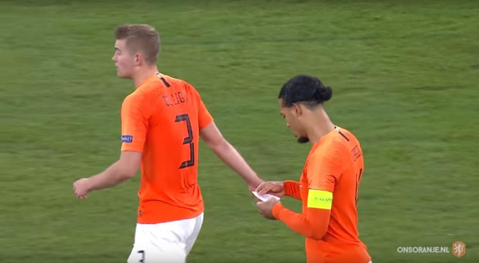 Van Dijk lê o bilhete do técnico Ronald Koeman pasado por De Ligt nos minutos finais de Alemanha x Holanda — Foto: Reprodução de vídeo