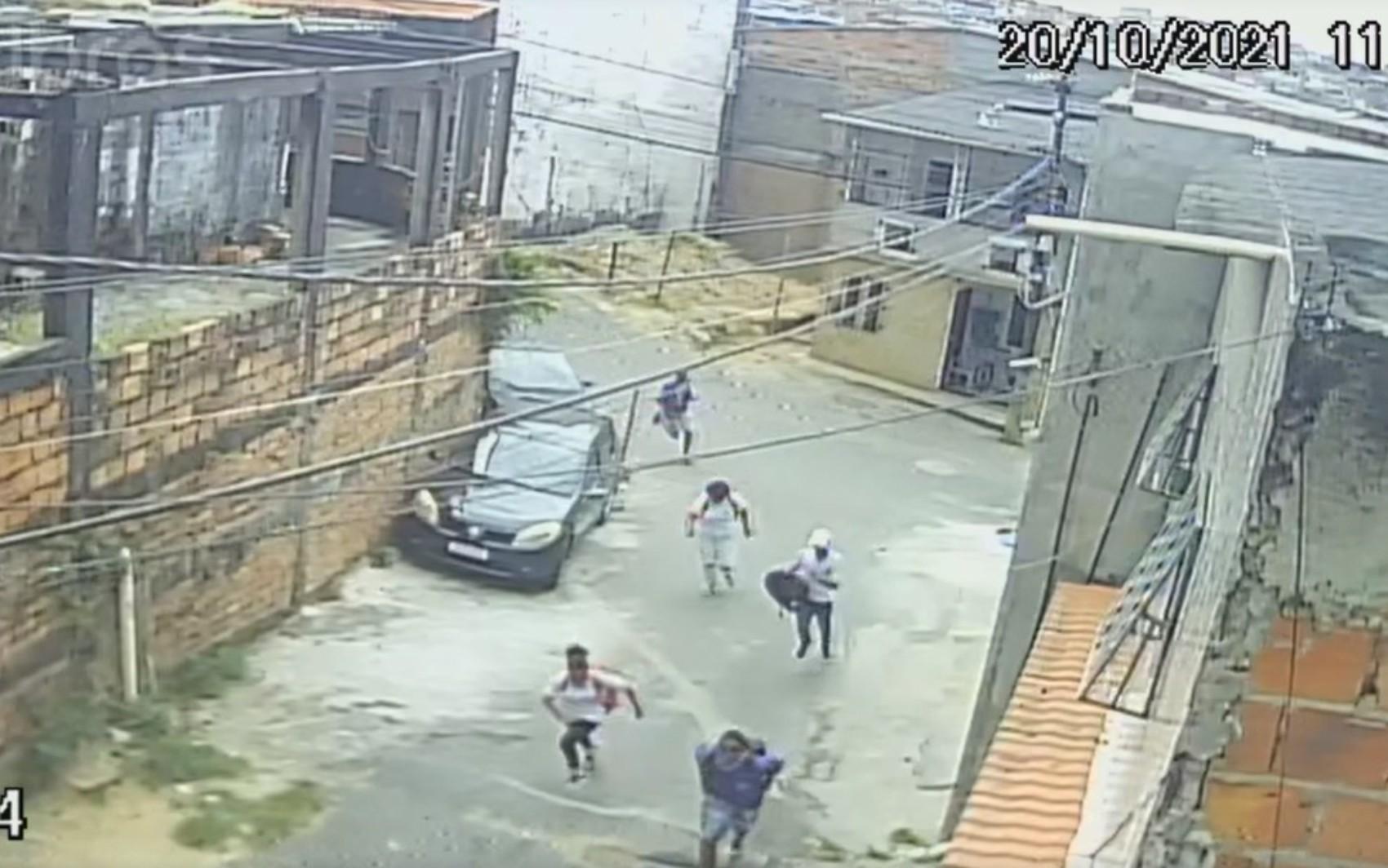 Câmera de segurança registra correria de estudantes após assalto em praça próxima de escola em Salvador