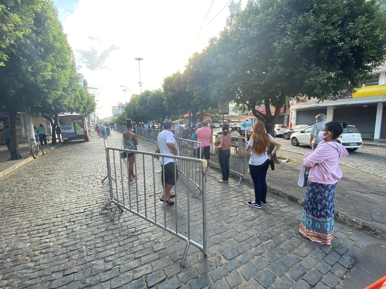 Prefeitura instala grades para organizar fila na Caixa em Leopoldina