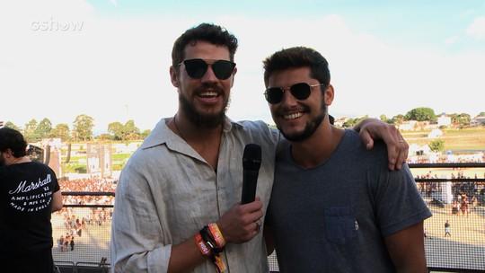 Bruno Gissoni gosta de assistir ao show com a galera: 'Colar na grade, no roça-roça'