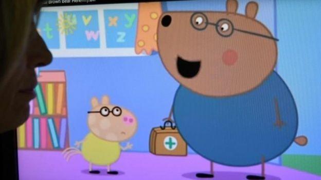 Dr. Urso Pardo, personagem da Peppa Pig, é criticado por especialistas (Foto: AFP/BBC)