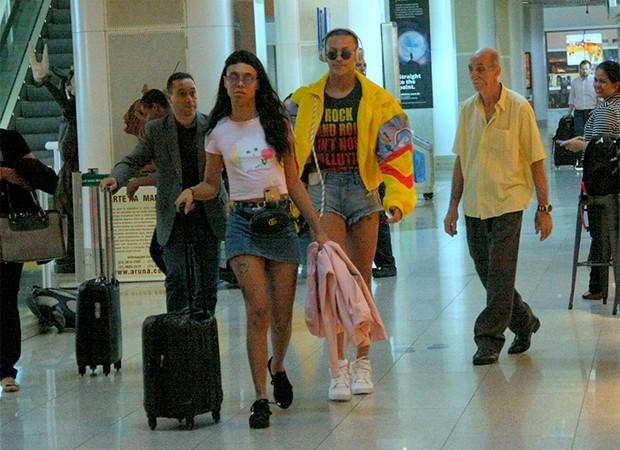 Pablo Vittar embarca com amiga, no Aeroporto Santos Dumont (RJ) (Foto: AgNews)