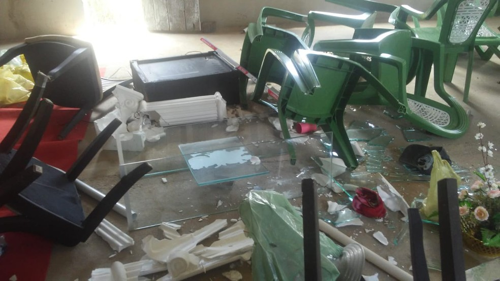 Homem quebrou vidraças e cadeiras de igreja evangélica — Foto: Reprodução/ SVM