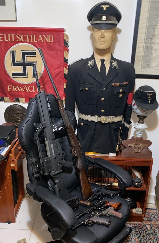 Por conta das armas e do material encontrado na casa de Doyle, ele também será autuado em flagrante por porte ilegal de arma e discriminação racial — Foto: Divulgação