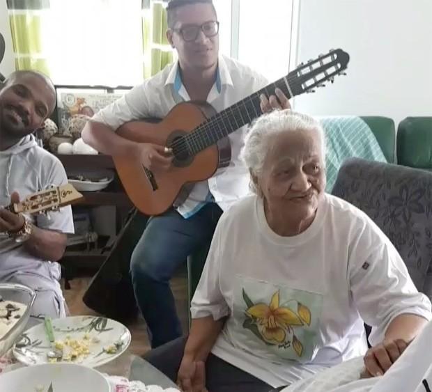 Arlindinho (esq) e família celebrando os 60 anos de Arlindo Cruz (Foto: Reprodução/Instagram)