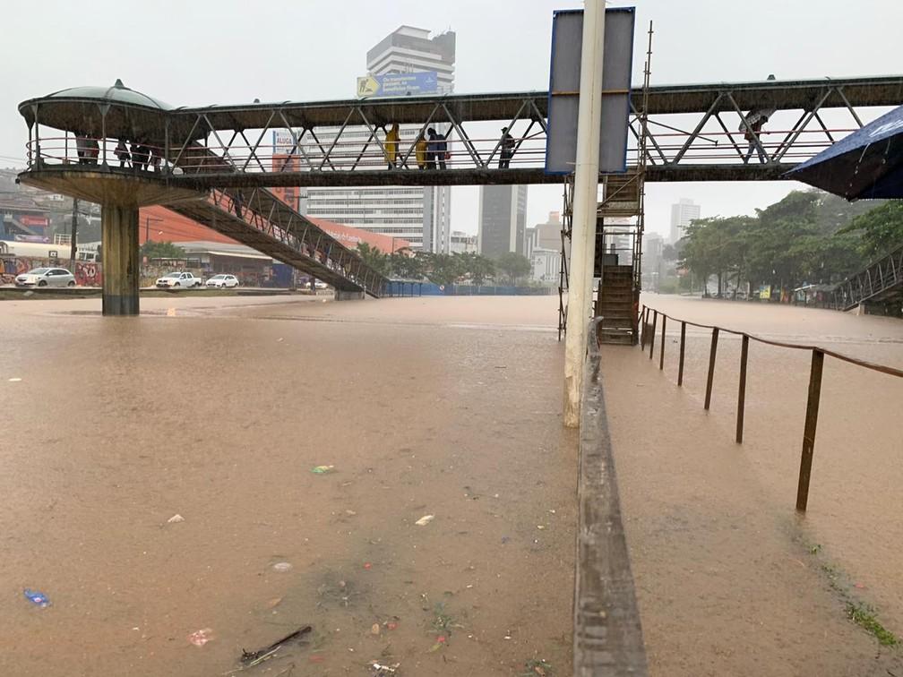 Chuva na Avenida ACM, em Salvador — Foto: Victor Silveira/TV Bahia