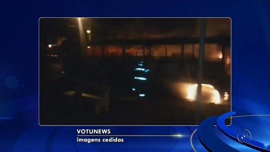 Ônibus estacionado pega fogo em praça de Ouroeste
