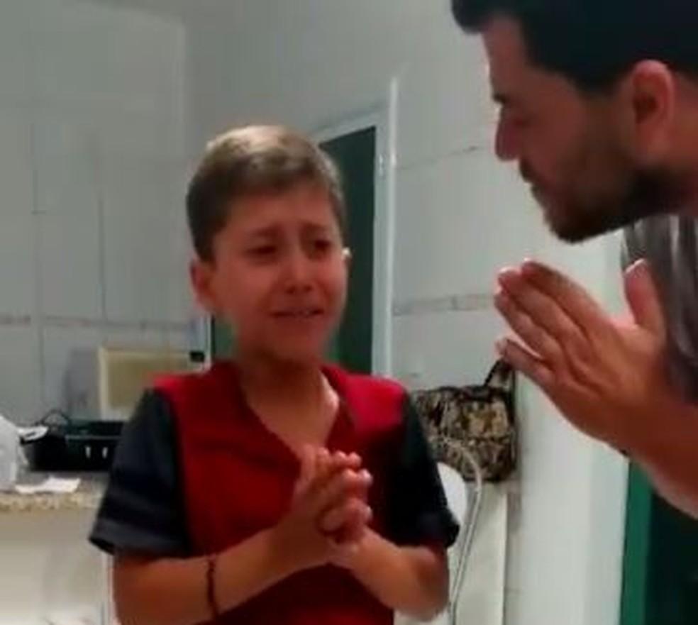 Menino de Bueno Brandão (MG) se emociona ao receber aparelho auditivo de volta  (Foto: Arquivo Pessoal)