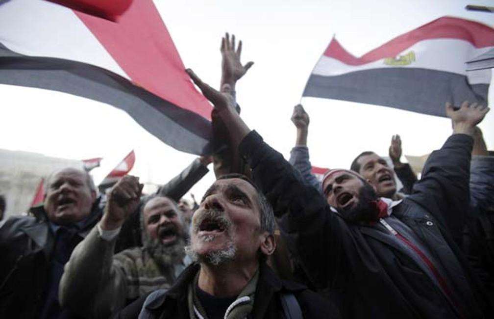 Egípcios celebram a queda de Mubarak na Praça Tahrir, no Cairo — Foto: AP